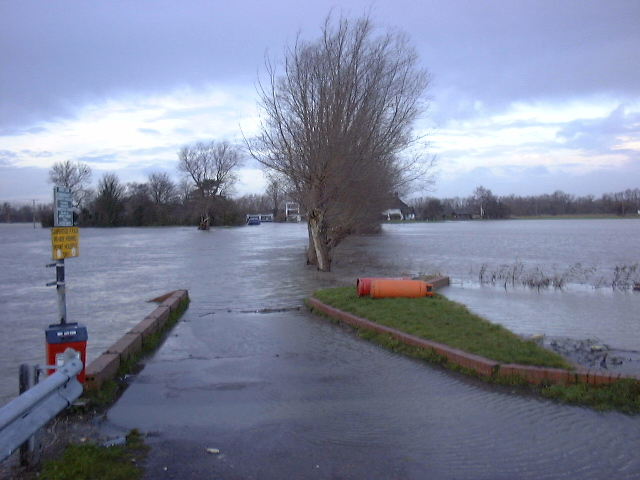 Flooding towards the Lock - February 2001
